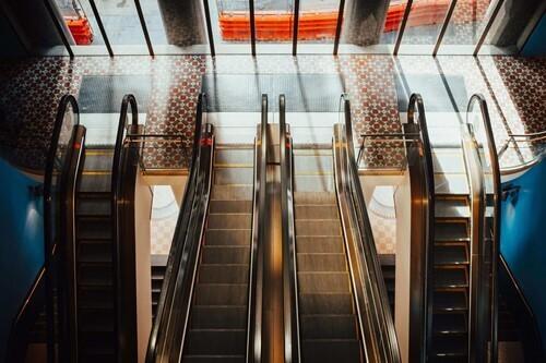 alışveriş merkezindeki merdivenler
