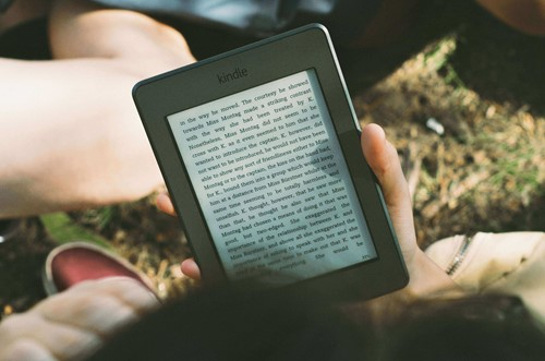 elektronik kitap okuyan kişi