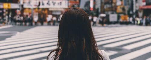 kobieta obserwująca ruch na drodze przed nią