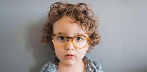 początkujący uczeń w okularach
