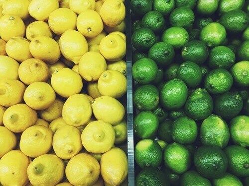 tezgahta sarı ve yeşil limon