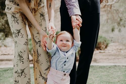 bebeğiyle dolaşan aile