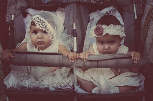 bebek arabasında iki bebek yan yana
