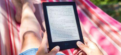 osoba czytająca ebooka