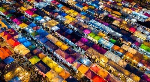 kolorowe stragany na targu